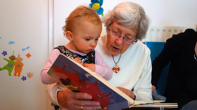 Abuela leyendo a su nieto