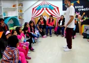 Contando un cuento en la Biblioteca Infantil de San Miguel, Lima